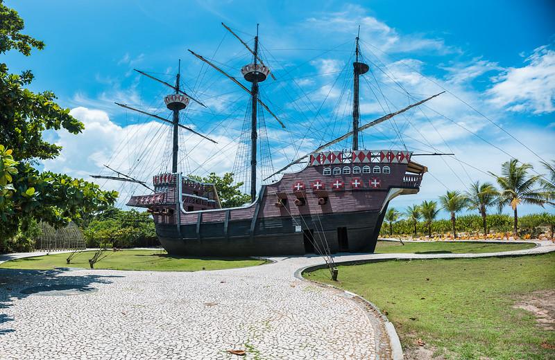 navio no meio de um gramado com vegetação ao redor no Memorial da Epopéia do Descobrimento em Porto Seguro na Bahia