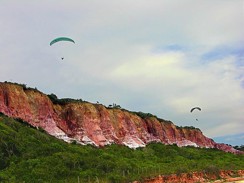 Falésias com muita vegetação embaixo na Praia de Pitinga em Arraial d'Ajuda na Bahia