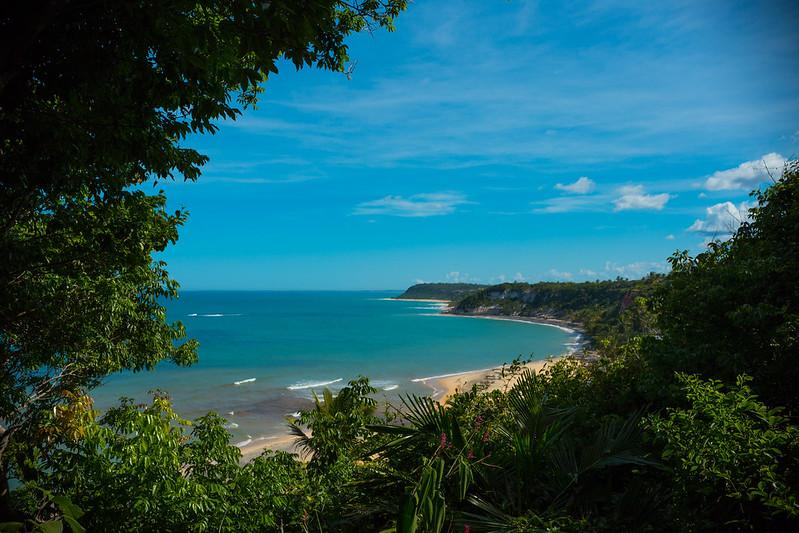 vegetação em frente a um lindo mar azul na Praia do Espelho em Porto Seguro na Bahia