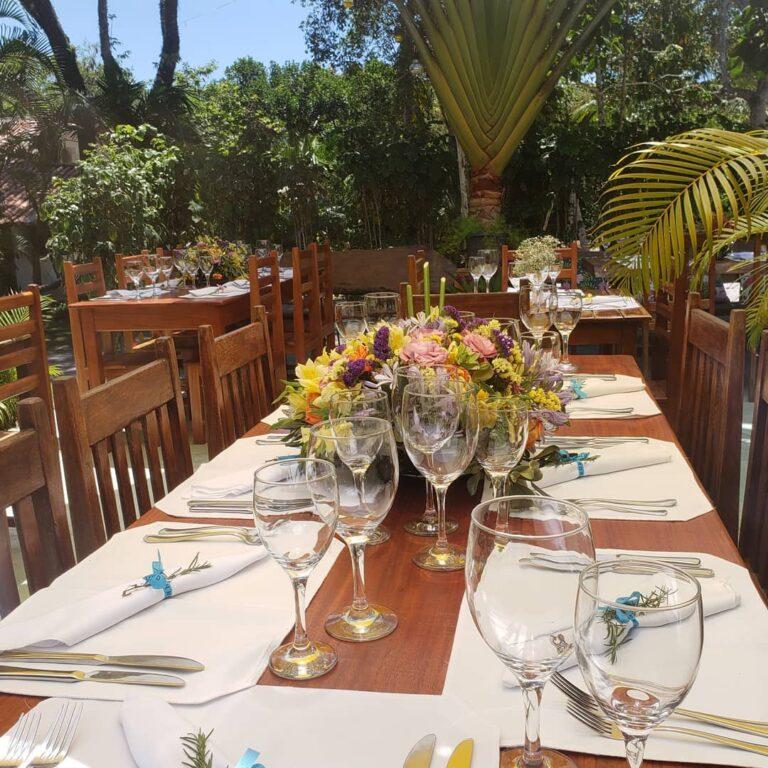 mesa com taças, talheres, guardanapos no Bistro d'Oliveira em Arraial d'Ajuda na Bahia
