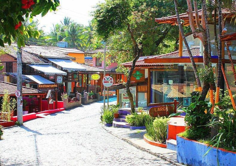 Rua com várias lojinhas na Rua do Mucugê em Arraial d'Ajuda na Bahia