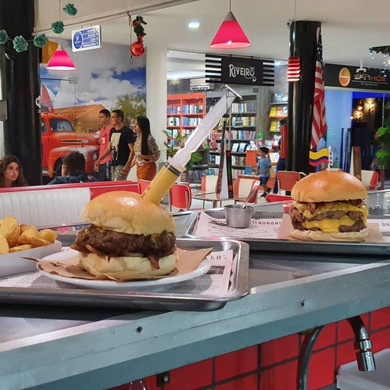 hambúrguer em cima de um balcão com uma seringa dentro no Gringo Burgers em Porto Seguro na Bahia