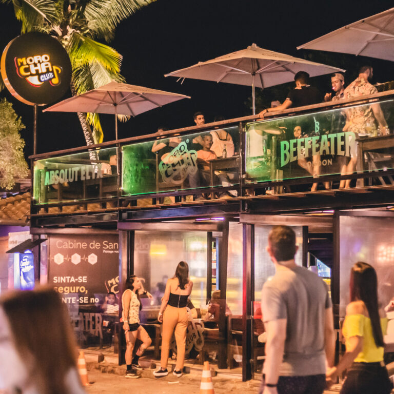 bar com dois andares preenchido por pessoas Morocha Club em Arraial d'Ajuda na Bahia