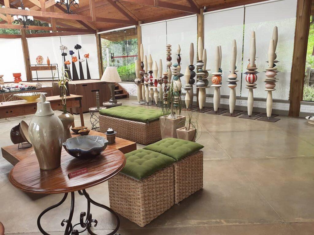 Sala com vários objetos de arte  na Unger's Pottery House em Monte Verde em Minas Gerais