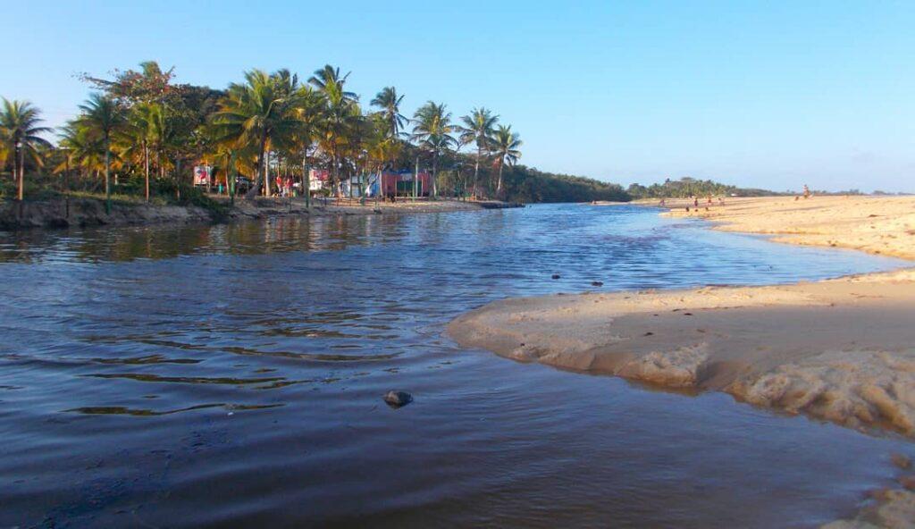 Areia em frente às águas calmas da Praia de Taperapuã em Porto Seguro na Bahia