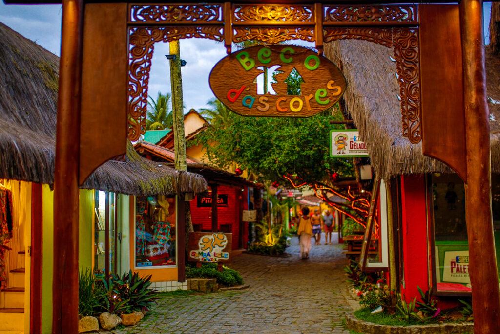 Rua com casas coloridas no Beco das Cores em Arraial d'Ajuda na Bahia